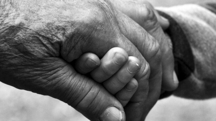 Dos personas cogiéndose de la mano.