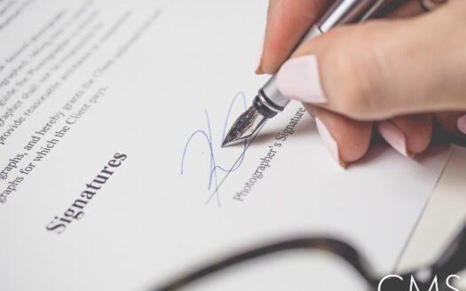 Firma del crédito hipotecario por un joven.
