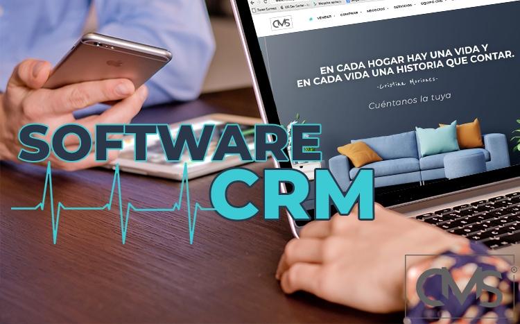 Imagen de un dos empleados usando en dispositivos móviles CRM inmobiliario