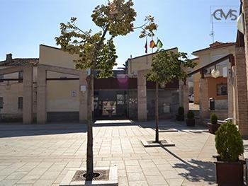 Vista del Ayuntamiento de Serranillos del Valle ubicado en la Plaza de España