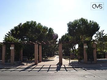 Vista de la entrada al paseo de la pradera de Serranillos del Valle